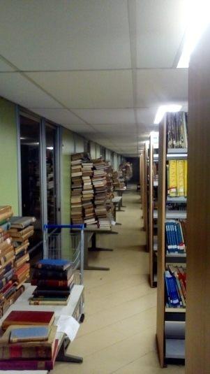 Corredor da biblioteca da UFRJ, bagunça de dois anos