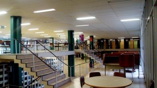 Foto da área de circulação da Biblioteca do CCS UFRJ